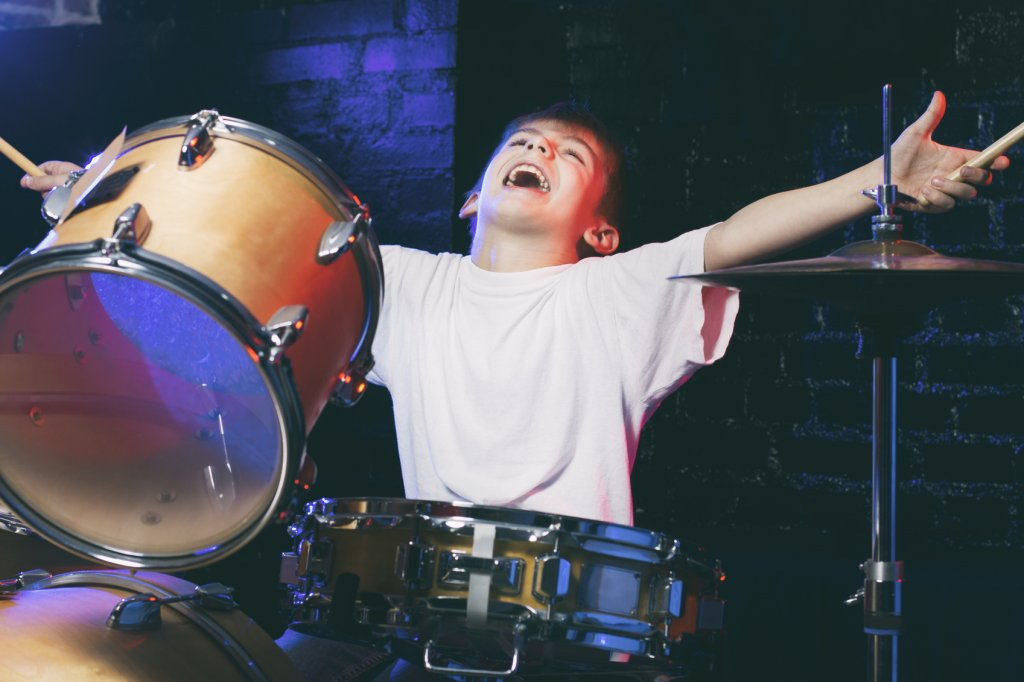 image-571404-Boy-playing-drums-000090547249_Medium.w640.jpg